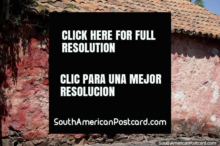 O edifïcio rosa icônico constrói-se pelos portugueses na rua de Suspiros na Colônia. (720x480px). Uruguai, América do Sul.