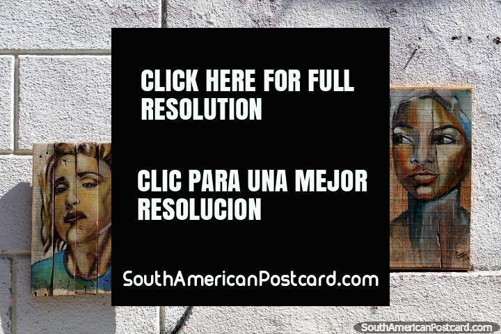 3 pinturas de mujeres, cada una pintada sobre madera, exhibidas en la calle en Colonia del Sacramento. (720x480px). Uruguay, Sudamerica.