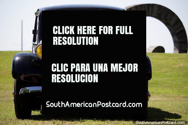 Carro velho preto clássico em condição superior nos gramados de grama do centro cultural em Colônia. (720x480px). Uruguai, América do Sul.