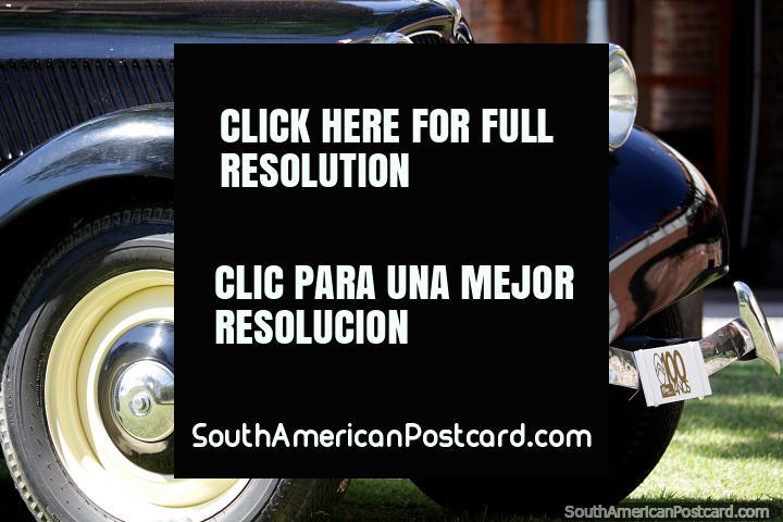 Parte dianteira e roda de um belo carro velho preto em Colonia do Sacramento. (720x480px). Uruguai, América do Sul.