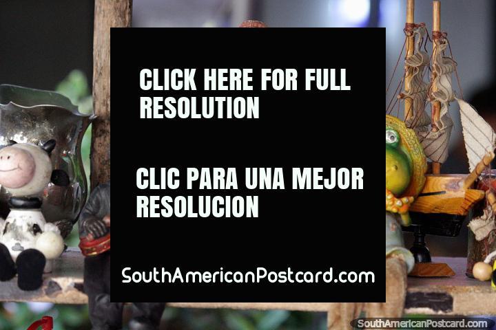 Figuras cerâmicos de venda em Montevidéo, um pirata, um músico e uma rã. (720x480px). Uruguai, América do Sul.