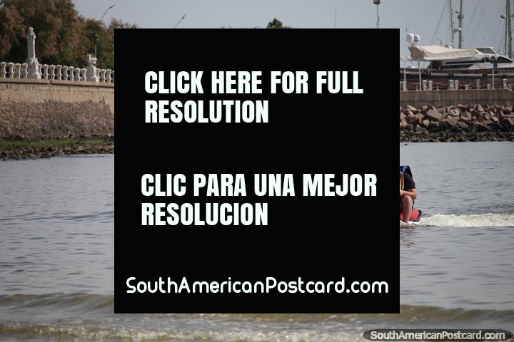 O esqui de jato é popular em Piriapolis, como é kayaking, navegação e outros esportes de águas. (720x480px). Uruguai, América do Sul.