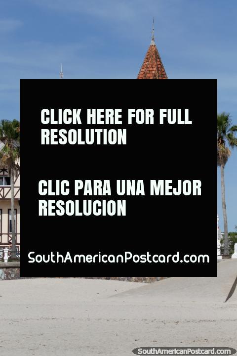 Hotel Colon em Piriapolis, um de várias edifïcios atraentes em cidade. (480x720px). Uruguai, América do Sul.