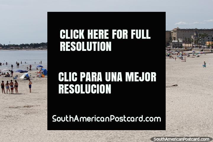 As partidas de verão em novembro e as pessoas vieram a Piriapolis de perto e longe. (720x480px). Uruguai, América do Sul.