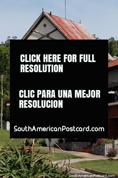 Antiguo edificio de madera en Piriápolis llamado Les Alouettes (Los Alouettes), un nombre francés. (480x720px). Uruguay, Sudamerica.