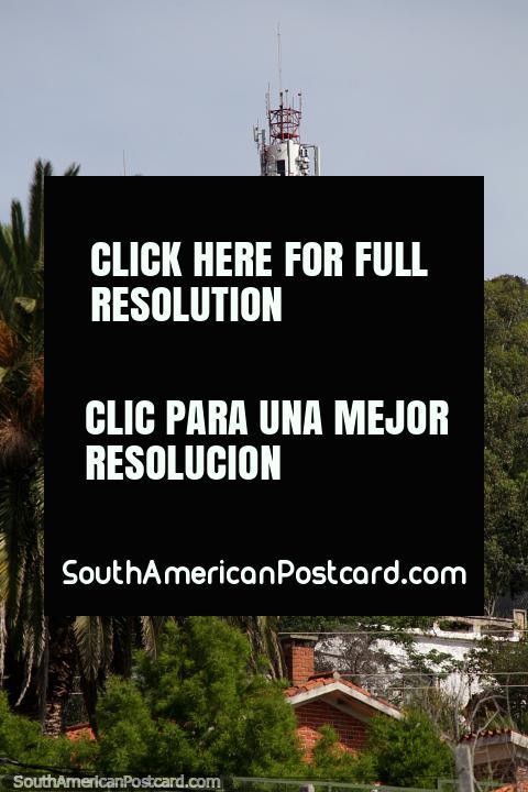 Torre em cima de uma de várias colinas verdes em volta de Piriapolis. (480x720px). Uruguai, América do Sul.