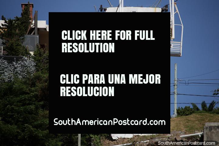 Assentos suspensos em teleféricos Colina San Antonio (colina), para visões panorâmicas espetaculares da área inteira em Piriapolis. (720x480px). Uruguai, América do Sul.