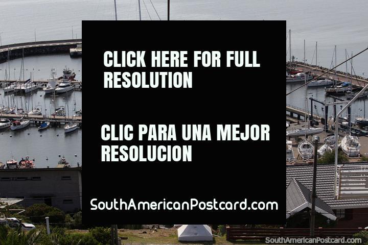Iate e porto de barco no pé de assentos suspensos em teleféricos de Colina San Antonio, em Piriapolis. (720x480px). Uruguai, América do Sul.