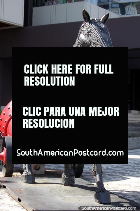 O cavalo feito de nozes e pinos reboca um misturador concreto vermelho, galeria de arte de La Vista em Punta do Este. (480x720px). Uruguai, América do Sul.