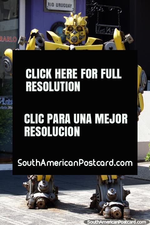 Grande robô amarelo feito de nozes, pinos, rodas dentadas e partes metálicas do lado de fora de museu de La Vista e galeria em Punta do Este. (480x720px). Uruguai, América do Sul.