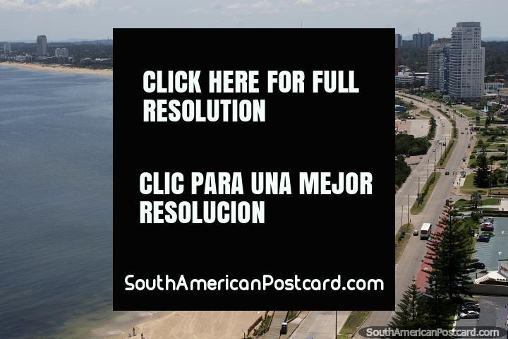 Praia Mansa estende-se em volta da baïa e também as areias brancas, a terra a margem de água em Punta do Este. (720x480px). Uruguai, América do Sul.