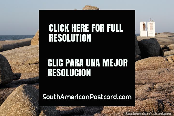 Grande seixo rolado em forma de um cérebro e o monumento de farol distante em Punta do Diablo. (720x480px). Uruguai, América do Sul.