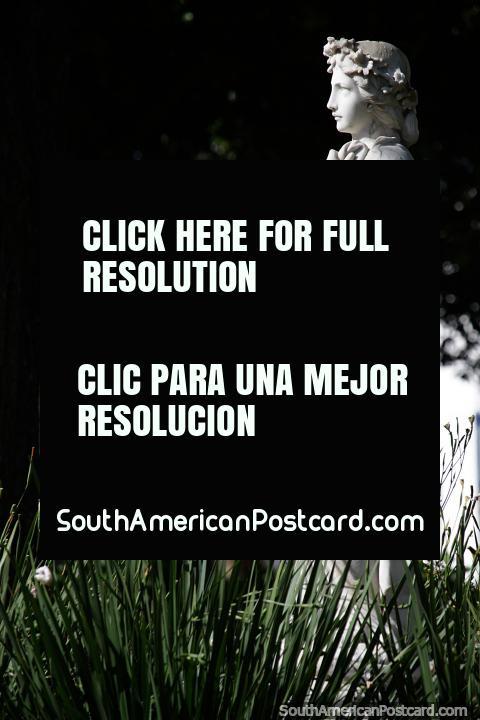Figura femenina realizada en mármol blanco, obra de arte en la plaza de Treinta y Tres. (480x720px). Uruguay, Sudamerica.