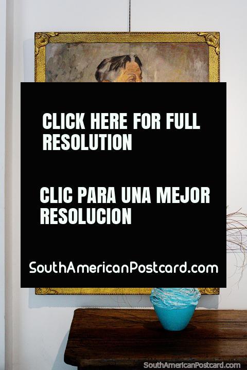 Pintura de un artista vestido de blanco, un jarrón de cerámica, museo de bellas artes, Treinta y Tres. (480x720px). Uruguay, Sudamerica.