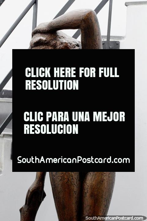 Escultura de uma mulher nua, em monitor no museu de belas artes, Treinta e Tres. (480x720px). Uruguai, América do Sul.