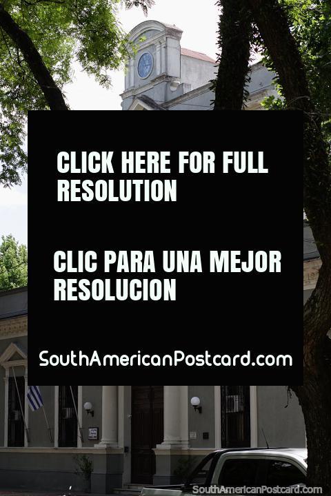 Sede de polïcia em Treinta e Tres, um edifïcio histórico com um relógio em cima. (480x720px). Uruguai, América do Sul.