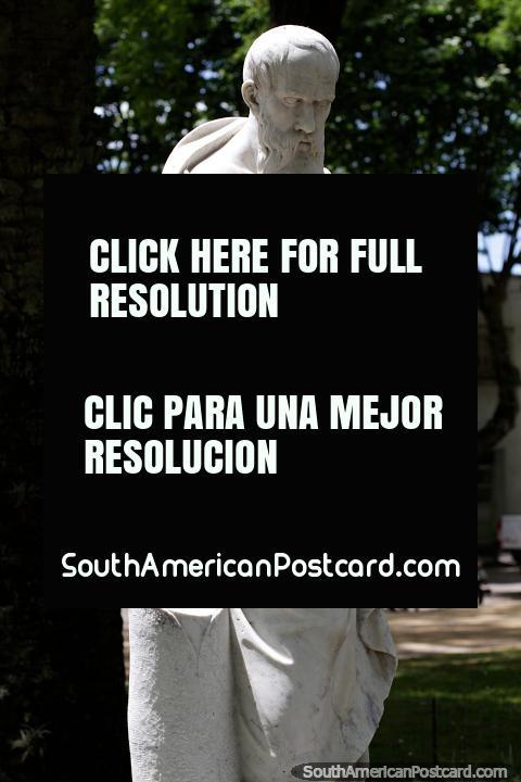 Escultura de mármore de um velho homem subió, arte na praça pública em Treinta e Tres. (480x720px). Uruguai, América do Sul.