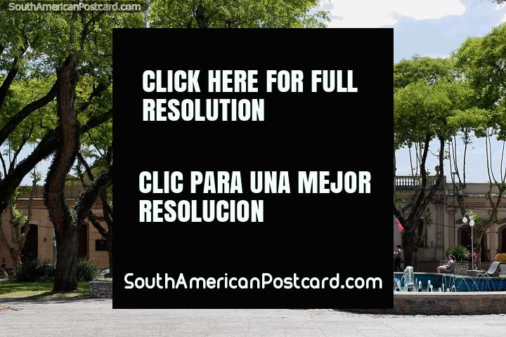 Praça pública 19 de abril em Treinta e Tres com árvores e fonte. (720x480px). Uruguai, América do Sul.