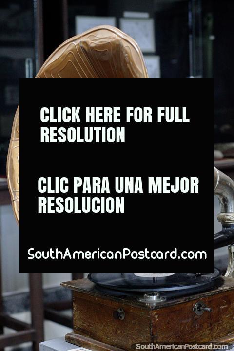Gramofone antigo em monitor no museu municipal em Treinta e Tres. (480x720px). Uruguai, América do Sul.