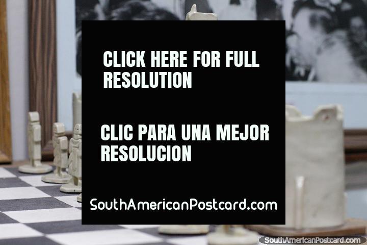 Juego de ajedrez único con interesantes figuras de cerámica, el museo municipal, Treinta y Tres. (720x480px). Uruguay, Sudamerica.