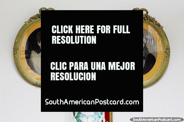 Par de mulheres, fotos antigas em armações ovais, museu municipal em Treinta e Tres. (720x480px). Uruguai, América do Sul.