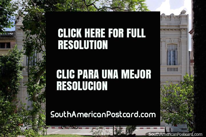 Estação de polïcia em Melo em um edifïcio histórico junto da catedral. (720x480px). Uruguai, América do Sul.