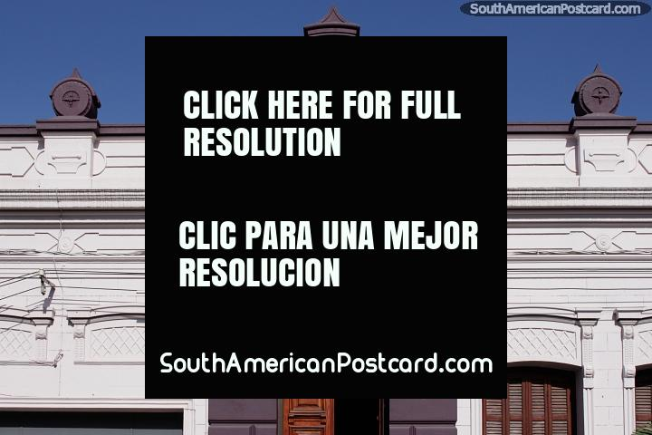 Hermosa fachada de blanco y morado en perfecto estado en Melo. (720x480px). Uruguay, Sudamerica.