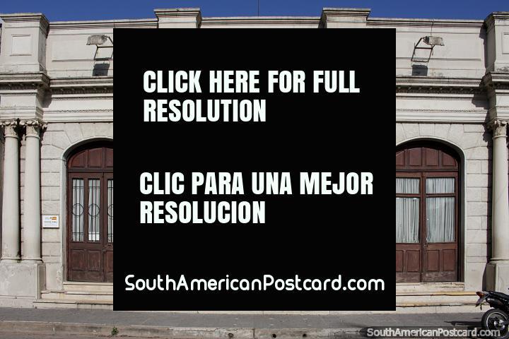 Teatro em Melo - Teatro Espana (1914) junto de Praça Independencia, com colunas e portas arqueadas. (720x480px). Uruguai, América do Sul.