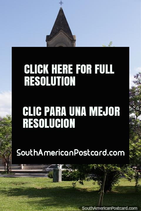 Parroquia Nuestra Senora do Carmen, pequena igreja em Praça Independencia em Melo. (480x720px). Uruguai, América do Sul.