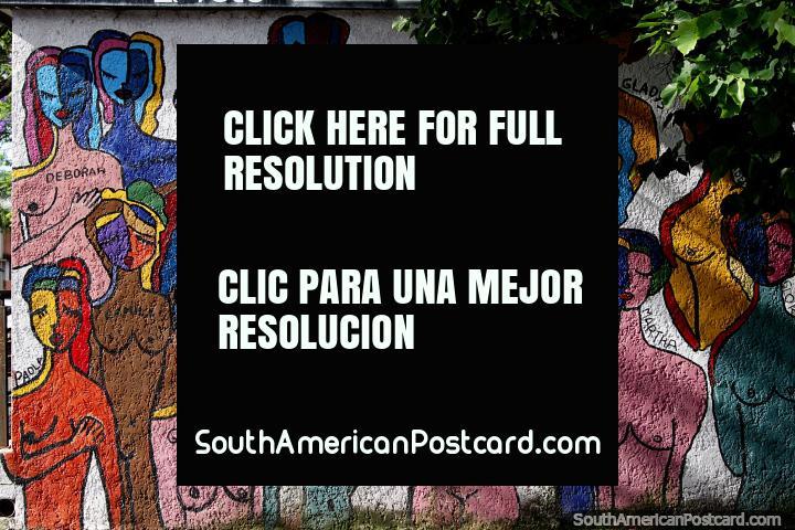 Mural que apresenta figuras femininas coloridas em Praça Independencia em Melo. (720x480px). Uruguai, América do Sul.