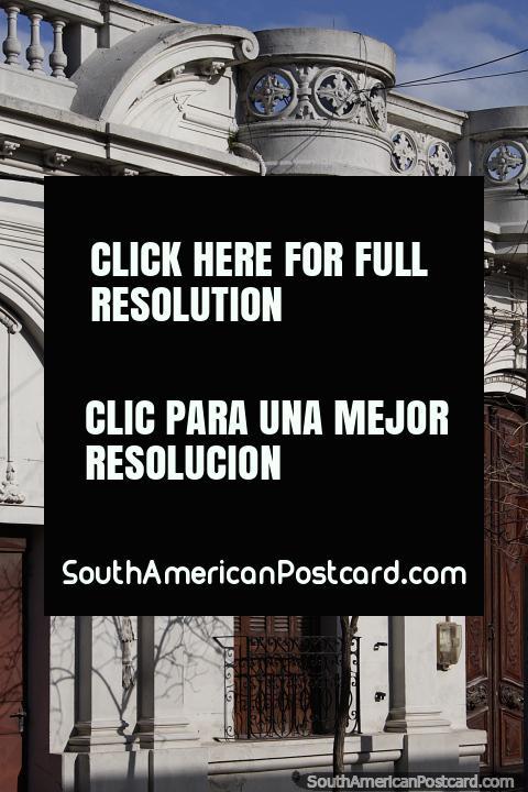 Fachada de edifïcio antiga fantástica que olha em Melo com pátio, folhas de janela de janela de madeira e arcos. (480x720px). Uruguai, América do Sul.