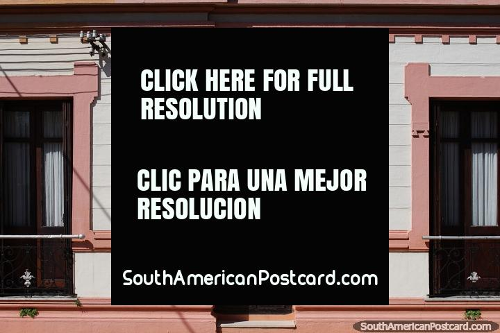 Fachada de uma casa, desenho a cores e elegante rosa com porta de madeira e janelas, Tacuarembo. (720x480px). Uruguai, América do Sul.