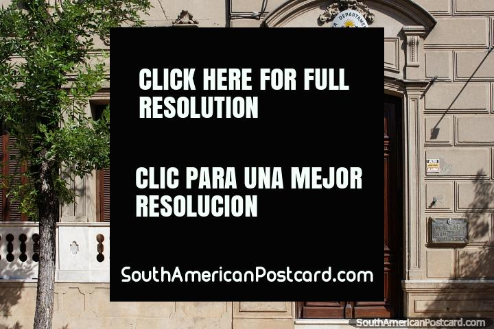 Edifïcio de governo em Tacuarembo com uma fachada de pedra bem tratada, folhas de janela de janela e porta de madeira. (720x480px). Uruguai, América do Sul.