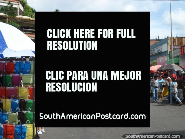 As ruas de San Cristóbal parecem-se com mercados com tudo fora na rua. (640x480px). Venezuela, América do Sul.