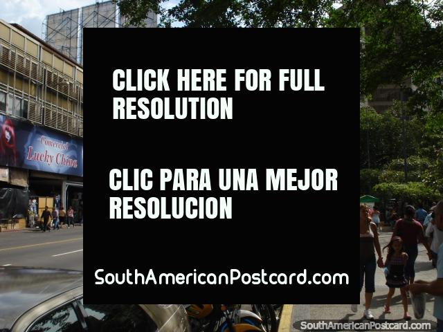 Un montón enorme del tráfico (mitad de autobuses) se paró en las luces en San Cristóbal. (640x480px). Venezuela, Sudamerica.