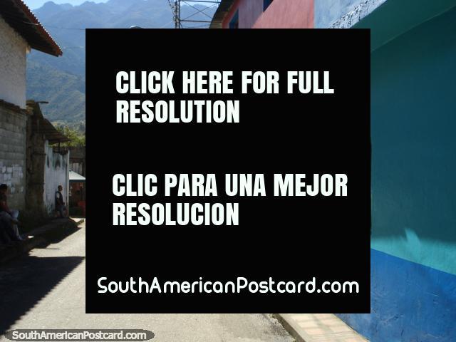 Vea abajo de una calle lateral de la carretera Transandina en las colinas de Mérida. (640x480px). Venezuela, Sudamerica.