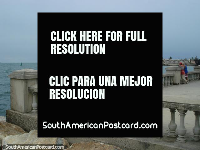 El área del parque y el embarcadero al lado del mar en Puerto Cabello. (640x480px). Venezuela, Sudamerica.