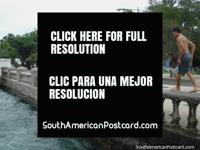 Os habitantes locais de Porto Cabello mergulham-se do pilar de ponte no Dia de Anos Novos 2011. (640x480px). Venezuela, América do Sul.