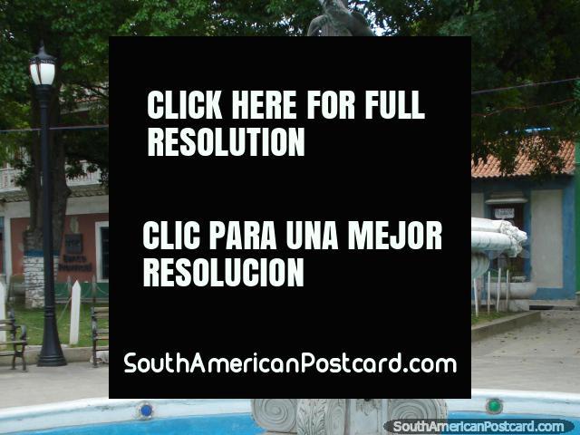 Fuente blanca y de bronce en un parque en Puerto Cabello. (640x480px). Venezuela, Sudamerica.