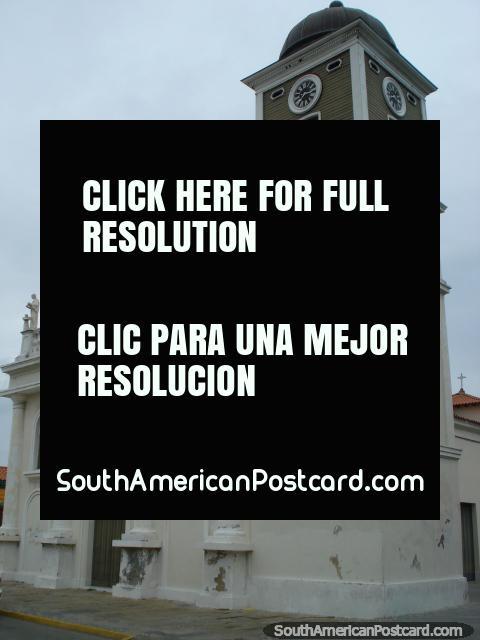 Uma igreja em Porto Cabello com relógios e estátuas brancas. (480x640px). Venezuela, América do Sul.