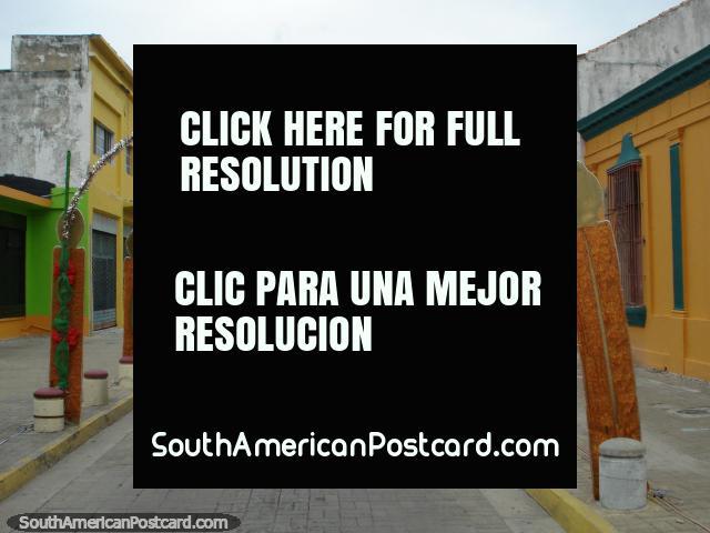 Uma rua abandonada na manhã de Anos Novos com decorações de Natal em Porto Cabello. (640x480px). Venezuela, América do Sul.