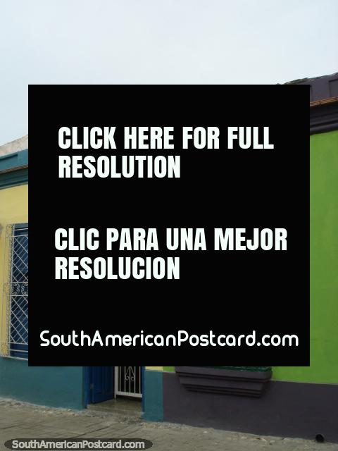 Casas de amarelo e azul, verde e púrpura em Porto Cabello. (480x640px). Venezuela, América do Sul.
