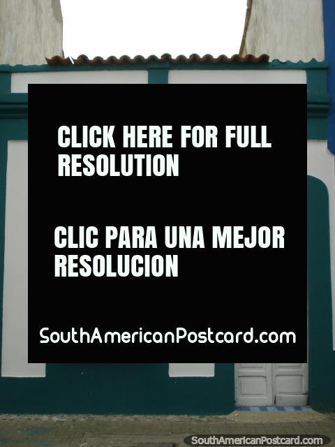 El frente de una casa con trabajo de pintura ordenado en Puerto Cabello. (480x640px). Venezuela, Sudamerica.