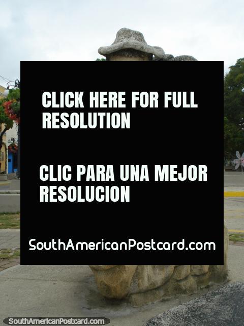 Homem com monumento de chapéu feito de pedra em Porto Cabello. (480x640px). Venezuela, América do Sul.