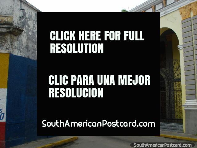 Um enorme palácio no meio de ruas derrelitas em Porto Cabello. (640x480px). Venezuela, América do Sul.