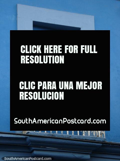 Porta azul e pombos em um balcão em Porto Cabello. (480x640px). Venezuela, América do Sul.