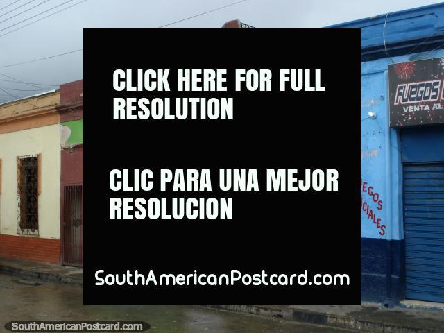 Casas de verde, marrón, azul y naranja en Puerto Cabello. (640x480px). Venezuela, Sudamerica.