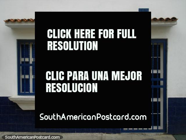 Una cara delantera blanca y azul ordenada y ordenada de una casa en Puerto Cabello. (640x480px). Venezuela, Sudamerica.