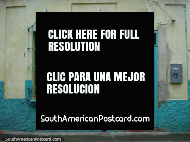 Cerceta común y crema coloreada frente de la casa en Puerto Cabello con mucho carácter. (640x480px). Venezuela, Sudamerica.