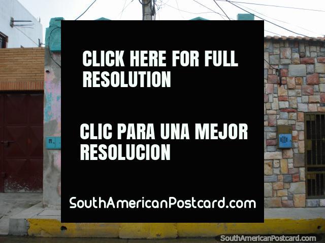 Otra pequeña casa rosada interesante en Puerto Cabello, como algo de una canción infantil. (640x480px). Venezuela, Sudamerica.